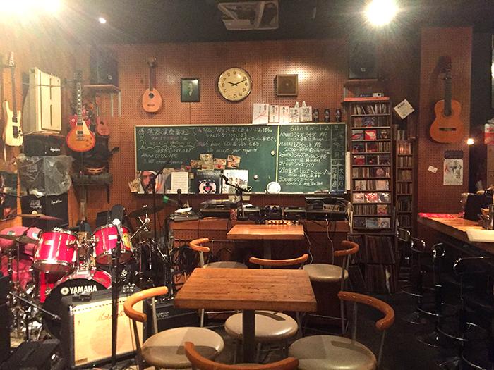 楽器がたくさん置かれている店内