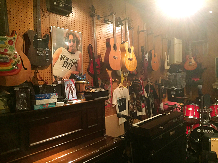 ピアノやギターやドラムが置かれている店内