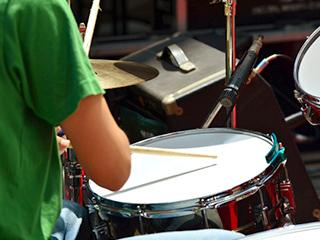 ドラムを演奏している
