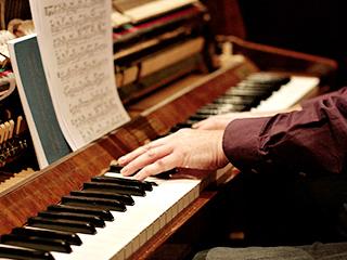 ピアノを演奏している