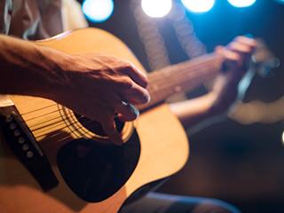 ギターを演奏している